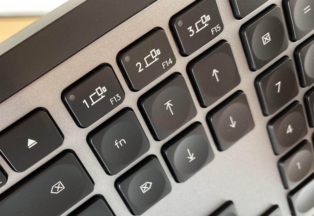 Per Tastendruck kann zwischen drei verbundenen Geräten gewechselt werden - das können auch iPhones oder iPads sein. Die gleiche Möglichkeit gibt es bei der Maus.