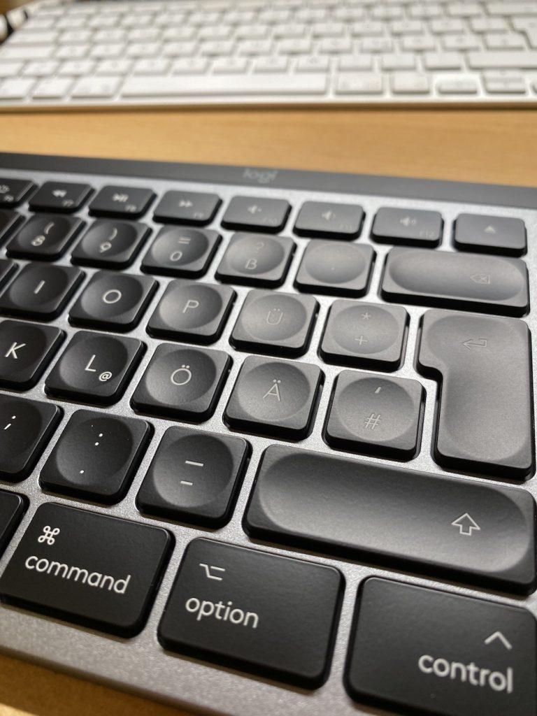 Vorne die MX Keys, hinten die Apple-Tastatur.