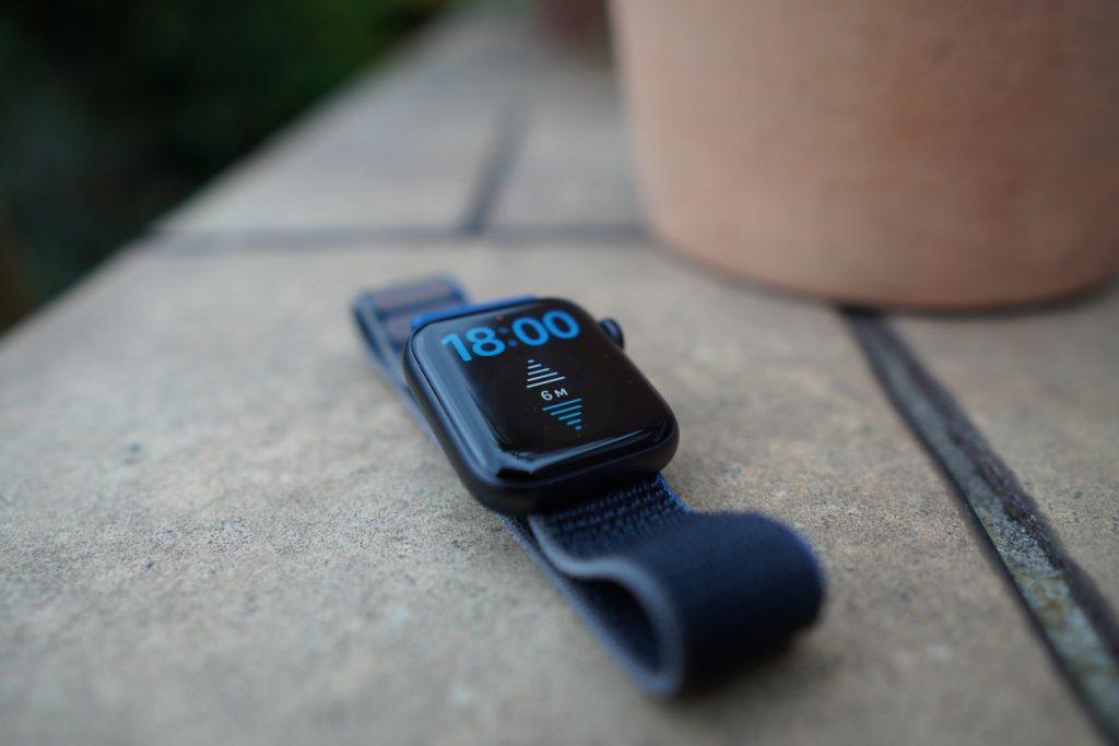 Gleichstand mit der Series 6: Die Apple Watch SE hat einen immer aktiven Höhenmesser.