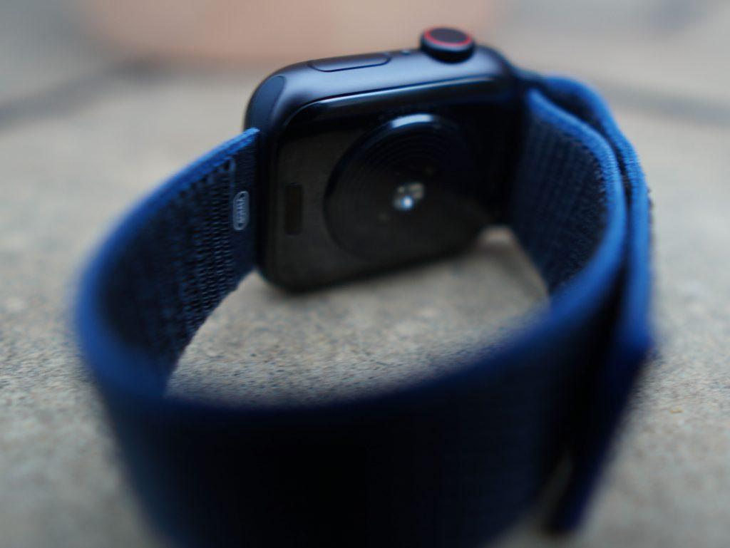 Übersichtlich: Die Apple Watch SE hat einen Pulssensor, der mittels Licht arbeitet. Weil aber EKG und Blutsauerstoffsensoren fehlen, ist die Rückseite des Gehäuses anders beschaffen als bei der Series 5 und 6.