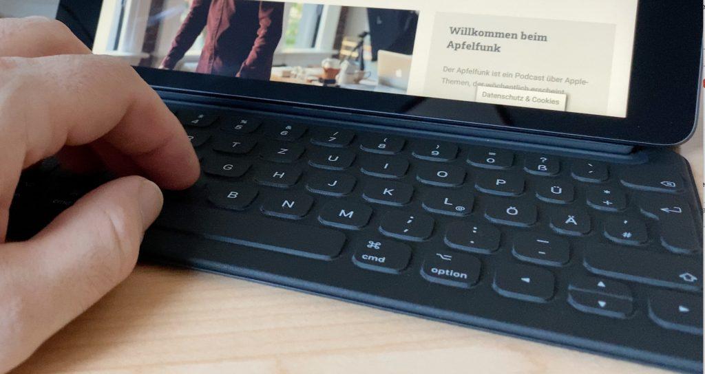 Über den Smart Connector kann das Smart Keyboard angeschlossen werden, das als Zubehör für das iPad erhältlich ist.
