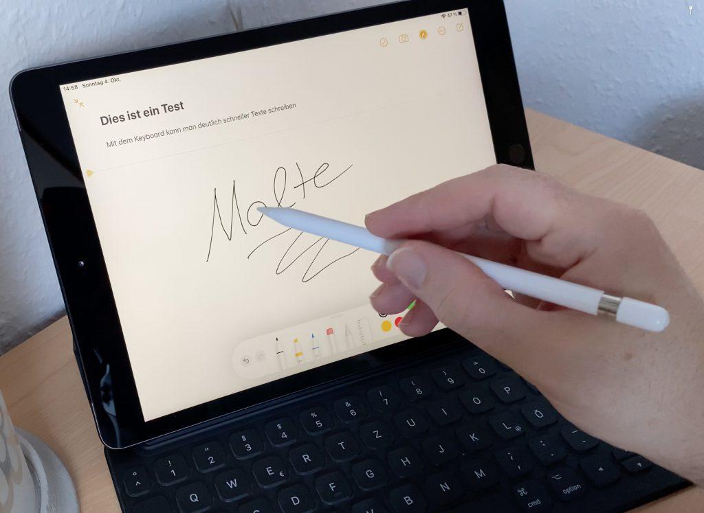 Mit dem Apple Pencil kann man auf dem iPad Notizen aufschreiben, zeichnen oder malen. Weiterhin wird nur der Pencil der 1. Generation unterstützt.
