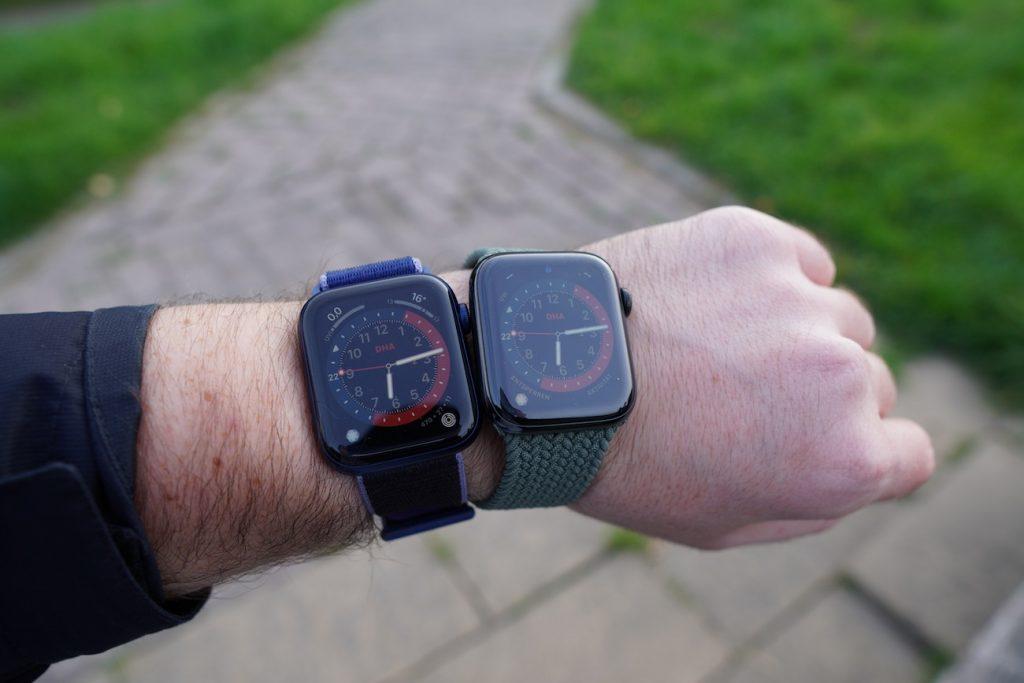 Links die neue Series 6, rechts die Series 5: Im Tageslicht ist im Stand-by zu erkennen, dass die Series 6 heller leuchtet.