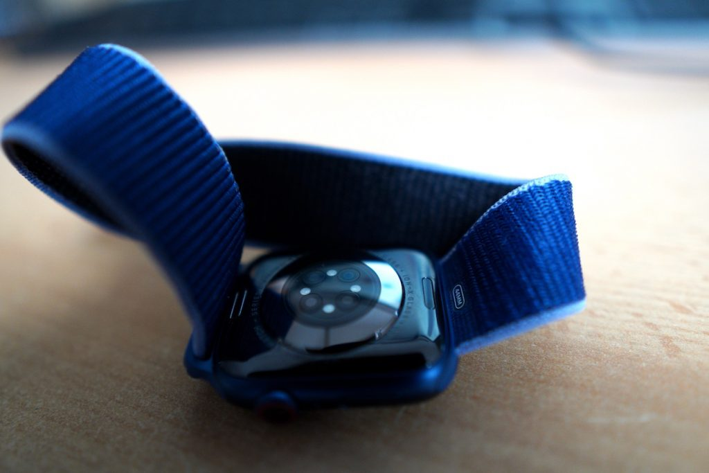 Blick auf die Rückseite der Series 6: Es sind neue Leuchtdioden hinzugekommen, die für die Messung des Blutsauerstoff-Wertes benötigt werden.