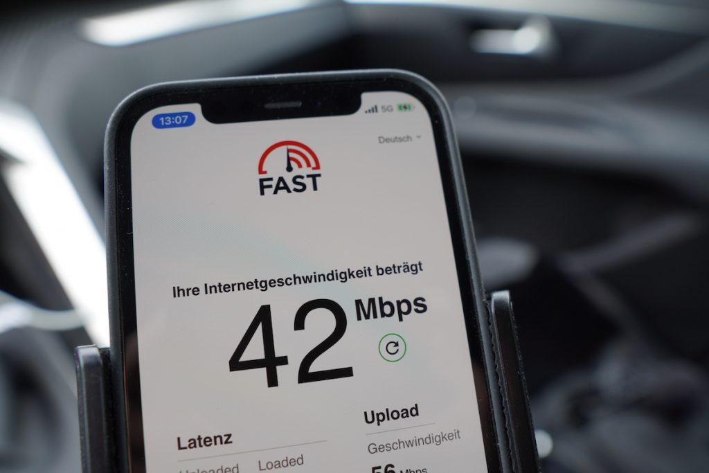 5G bedeutet nicht automatisch Highspeed. Gerade im Ländlichen werden Datenraten erreicht, die eher DSL-Niveau entsprechen. Mit 5G ist das iPhone aber für bessere Zeiten gerüstet.