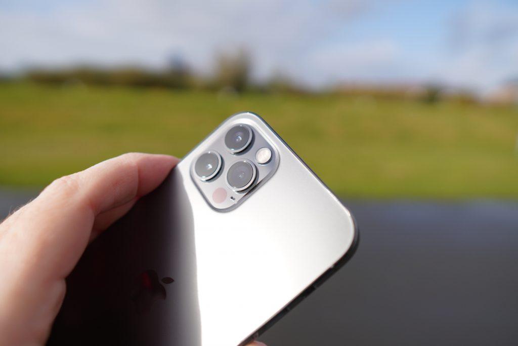 Auf der Rückseite sind die drei Kameras zu finden: Ultraweitwinkel, Weitwinkel und Tele. Neu ist der Lidar-Sensor, der den Autofokus beschleunigt.