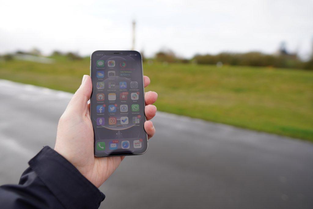 Liegt gut in der Hand: Das neue Design des iPhone 12 Pro ist ein Handschmeichler.